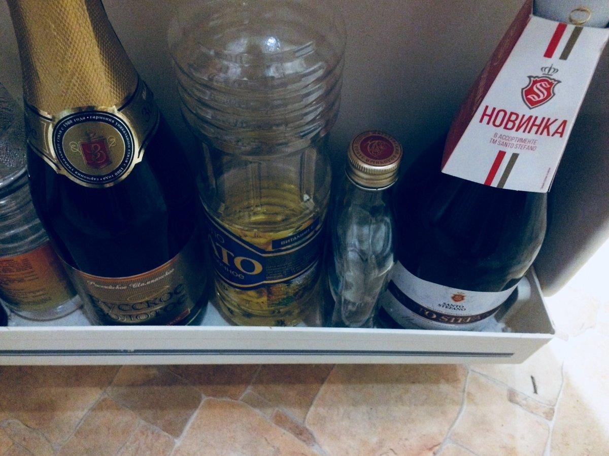 Суёт бутылку от шампанского, Села на бутылку -видео. Смотреть Села на бутылку 20 фотография