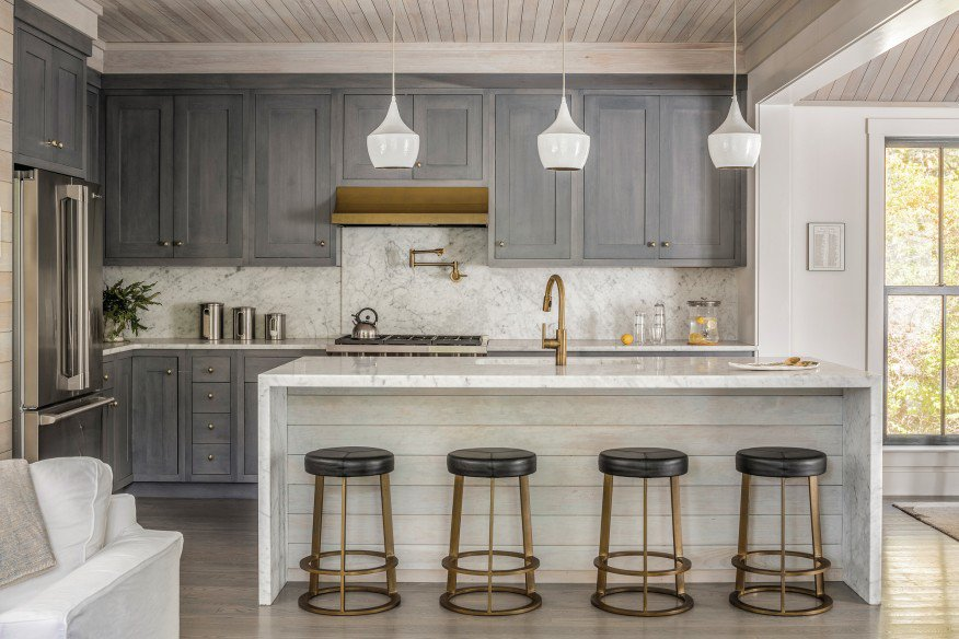 Blue and brass details soften this refreshed Maine kitchen by @unionstudioarch: https://t.co/SV1TV4lmqR https://t.co/xyCPhg7K7C