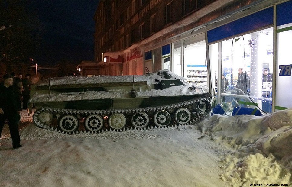 En Russie, un homme ivre vole un tank militaire, fonce dans un supermarché et y vole du vin./Rianru
