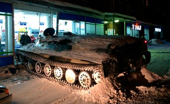 Insólito: Utilizó un tanque militar para robar alcohol de una tienda