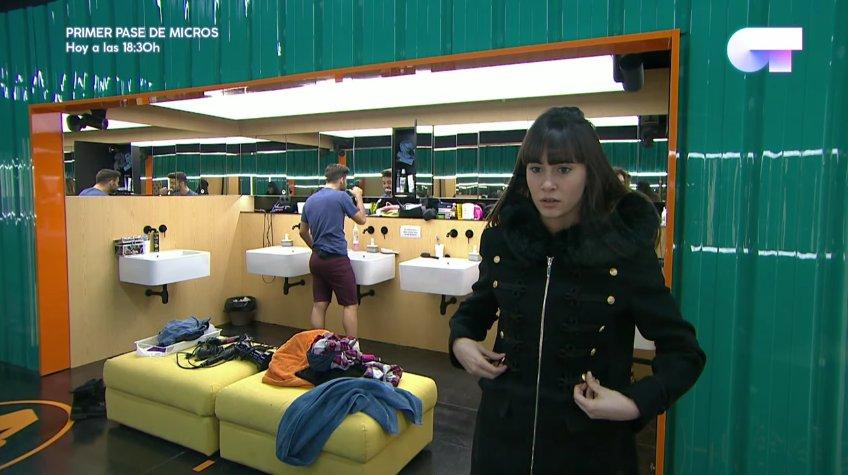 304f115b6ac Aitana se mira en el espejo con su nuevo abrigo del Corte Inglés.
