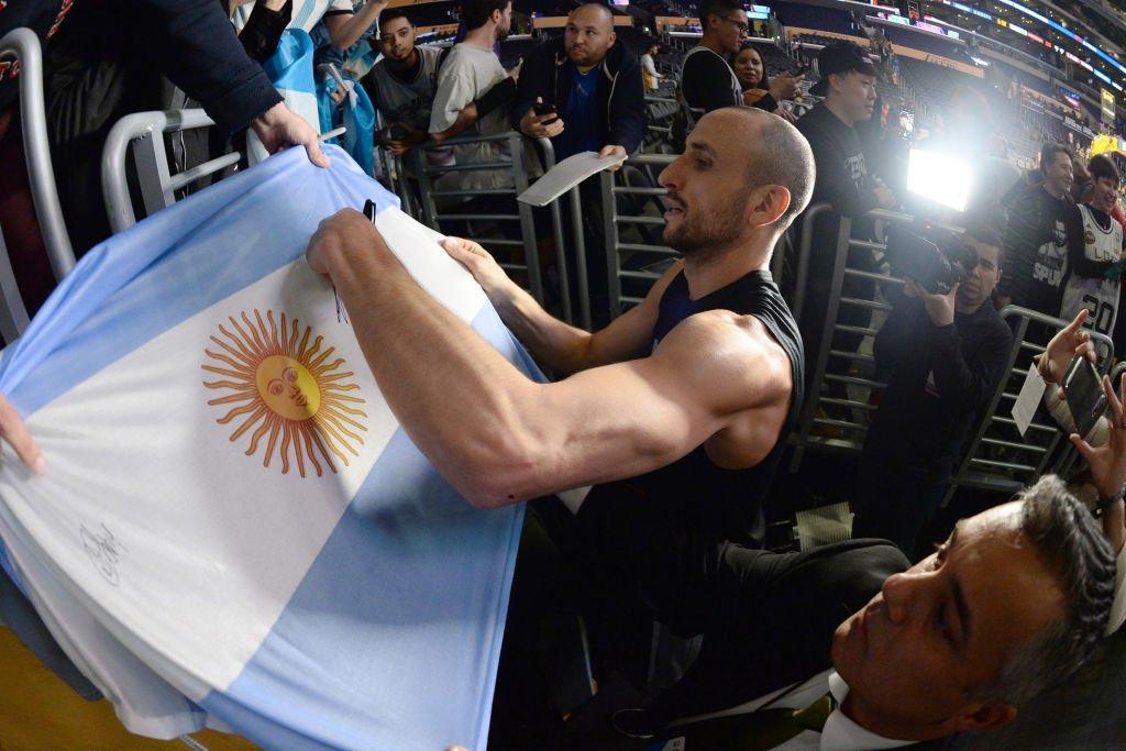#NBAVOTE Tiene que estar. Sí o sí. Llevemos a Manu Ginóbili al #NBAAllStars para que siga demostrando su eterna magia. ¡Cada RT es un voto para el argentino!