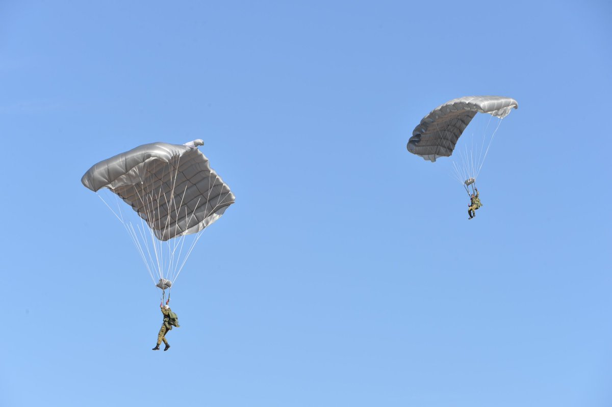 平成30年1月12日(金)、習志野演習場(千葉県)において、第1空挺団の年頭行事である「平成30年降下訓練始め」を実施しました。