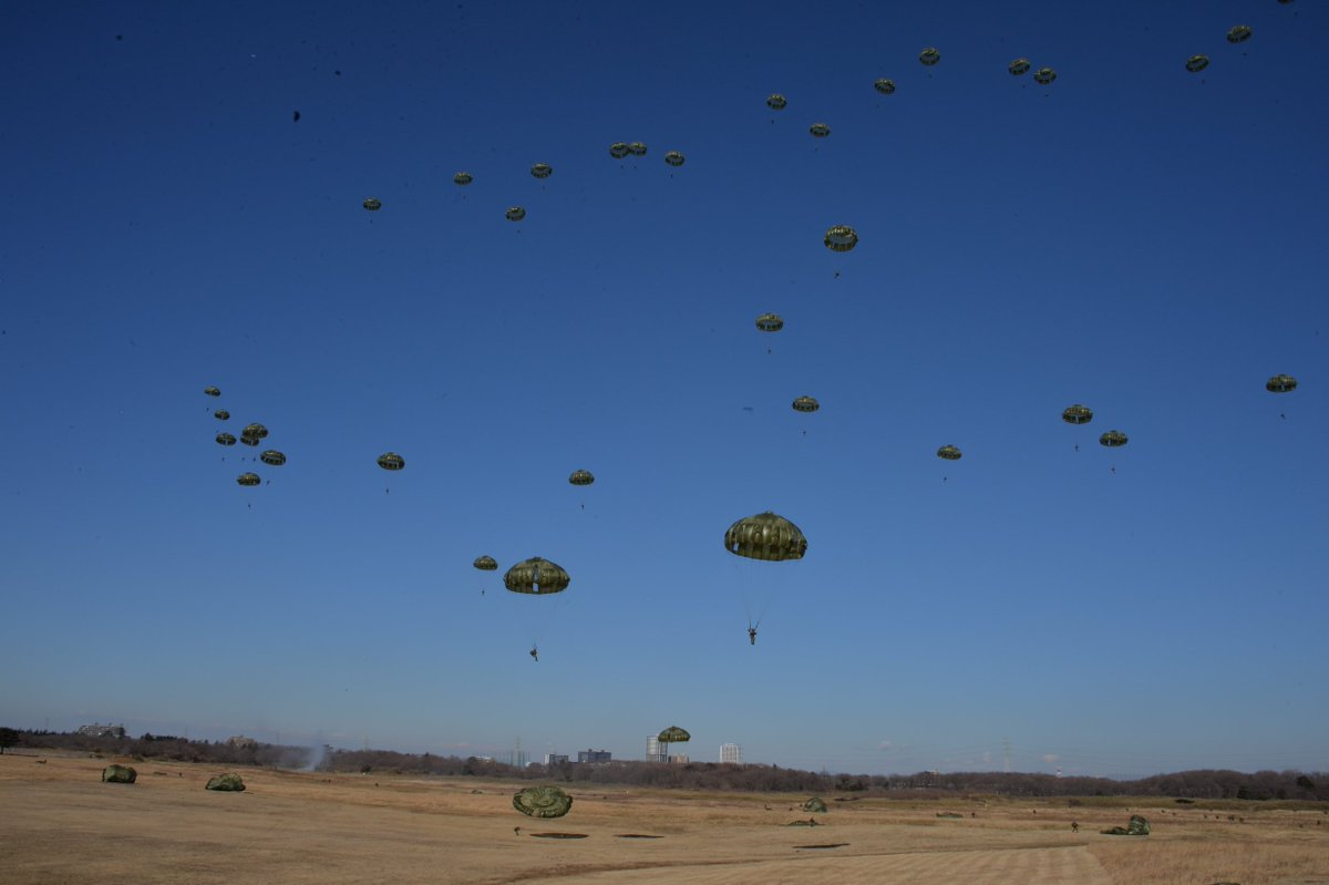 降下訓練始めは、年の始めに落下傘による降下及びヘリコプターを使用した空中機動作戦を展示し、1年間の降…