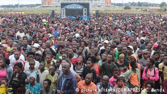 Des échauffourées ont opposé aujourd'hui, à Lusaka, la police à des vendeurs de rue, qui protestaient contre l'interdiction d'exercer leur activité dans le cadre des mesures de lutte contre la propagation du #choléra.