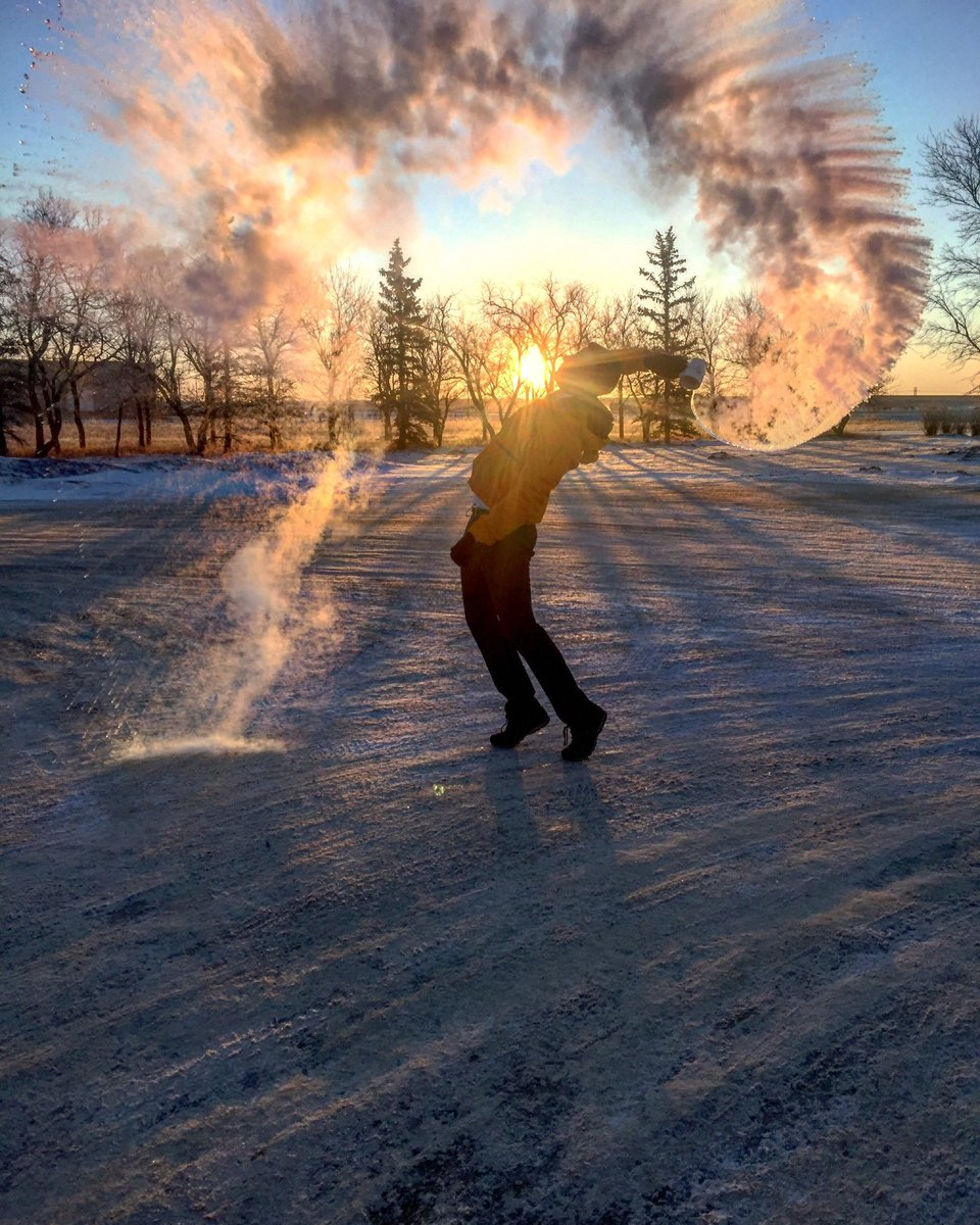 It's -40 with the wind chill this morning so it's time to make snow @ctvreginalive @ctvregina #snow #boilingwater #nofilter #cold #extremecoldwarning #yqr #regina #sk #saskatchewan #canada #sunrisepic.twitter.com/KdYncLbhoU