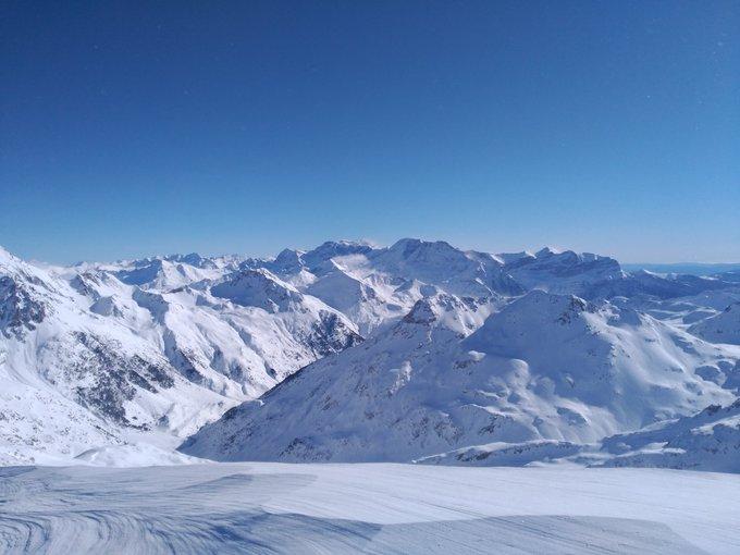 Este precioso día hemos tenido hoy en el @BalneaPanticosa ascendiendo con eskíes al pico Bacías 2790m. -2°C a la sombra, +9°C al Sol! https://t.co/9q09XZoDcR #guiademontaña @meteo_aragon