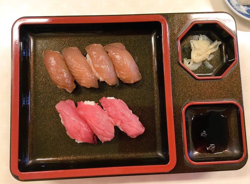 父島「島寿司」ではじめてウミガメ寿司食べた!赤いやつがそれ!小笠原では年間135頭まで食用捕獲していいんだって。 イメージに反して、すっごい淡白で臭みのない赤身肉だった。馬肉に近いね。  #東京の離島1ヶ月渡り歩きます会社