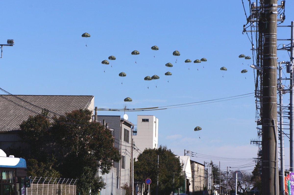 陸上自衛隊の空挺部隊の降下始め。輸送機からの降下は時間の関係で演習場外から見る事になったけど、逆に街…