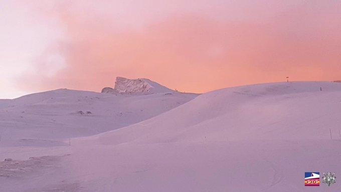 ¡Buenos días amantes de la nieve! El amanecer que ponía comienzo al fin de semana esta mañana nos dejaba maravillados. Sierra Nevada alcanza hoy los 95 kilómetros de superficie esquiable. ¿Listxs para disfrutar? Parta de apertura:  ➡️ https://t.co/lc7yqr0ej2 #NosVemosEnLaNieve