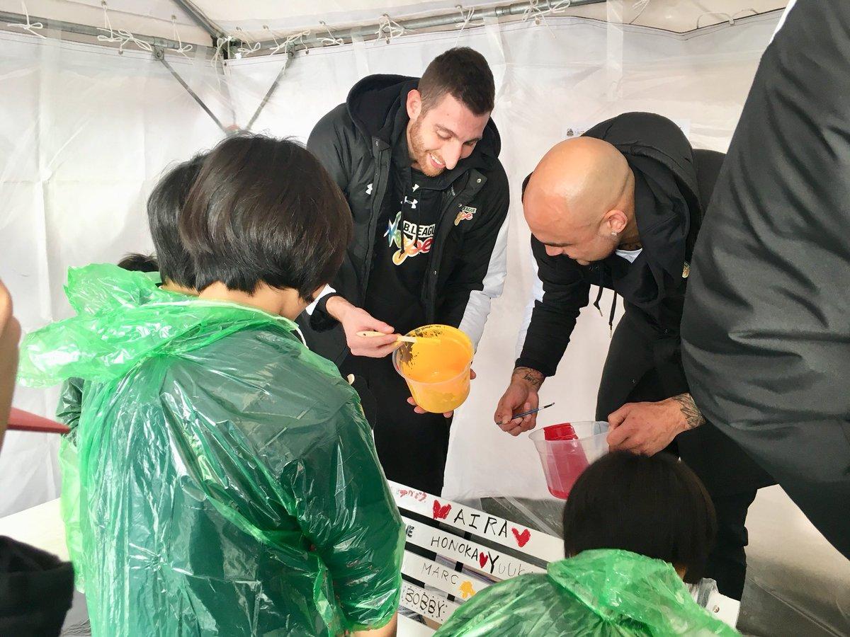 【みんなで熊本復興支援活動なうです🐻✨】 #マークトラソリーニ 選手も、みんなで頑張って絵を描いてい…