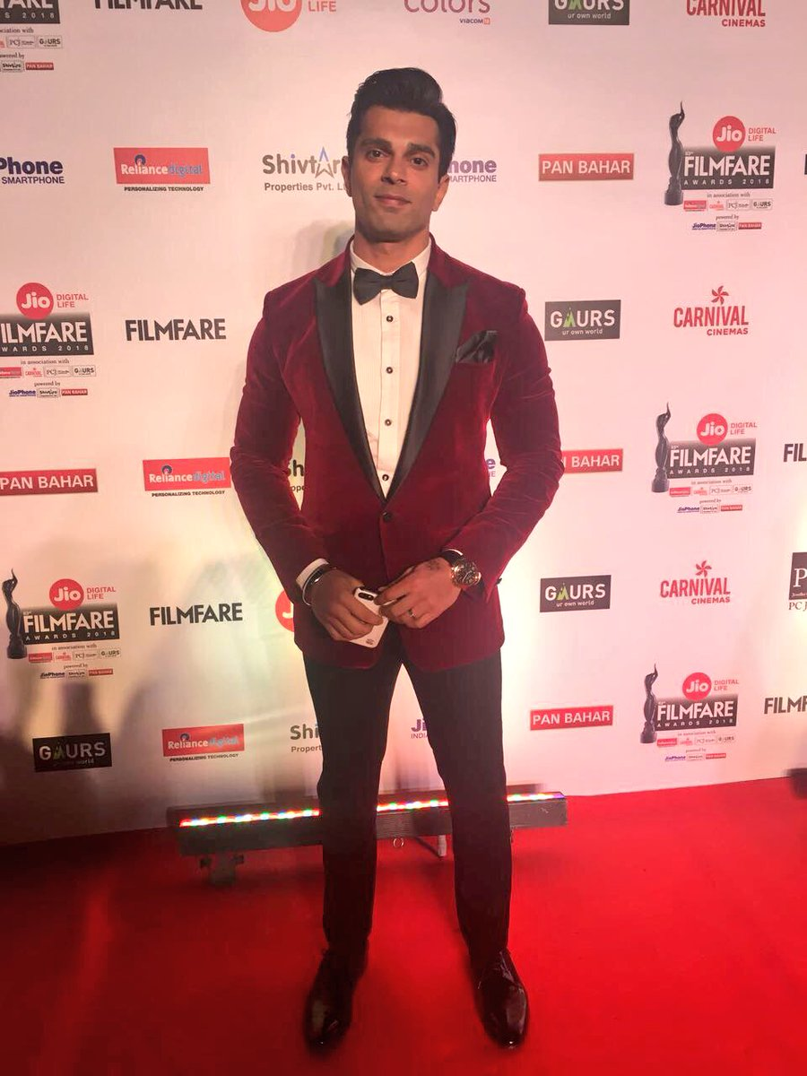 Red hot @Iamksgofficial looks dishy at the #JioFilmfareAwards red carpet.