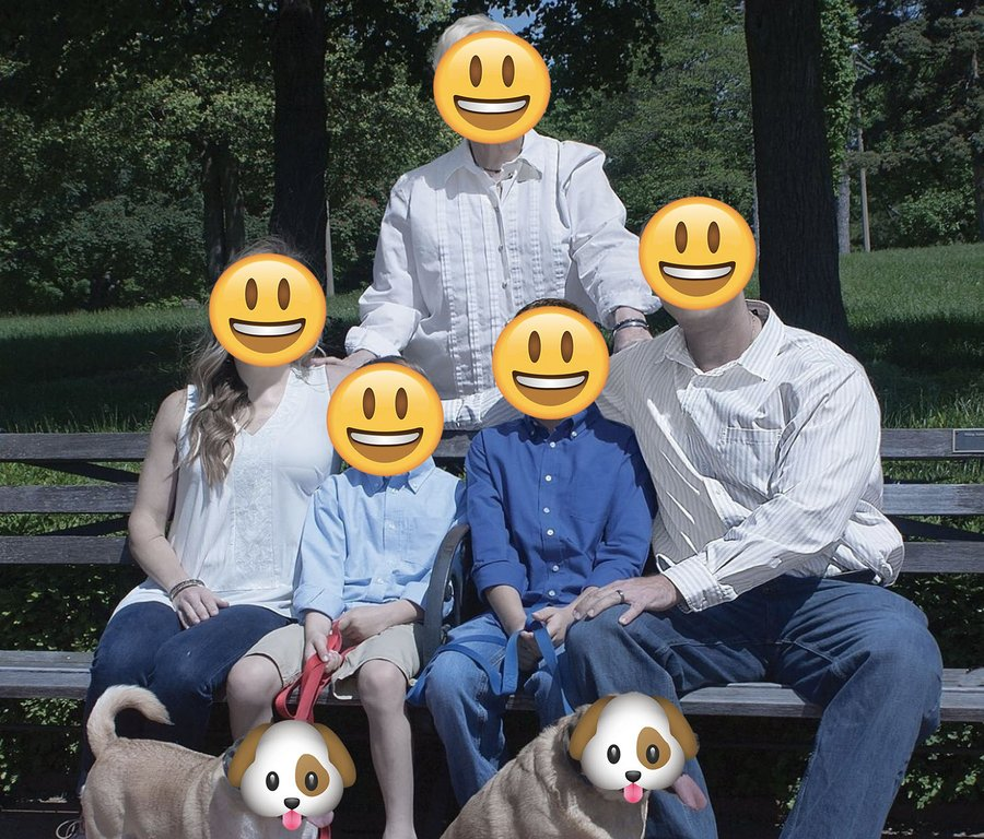 Photographer's attempt at retouching family portraits goes horribly wrong DTafWZ7X4AAELEK?format=jpg&name=900x900