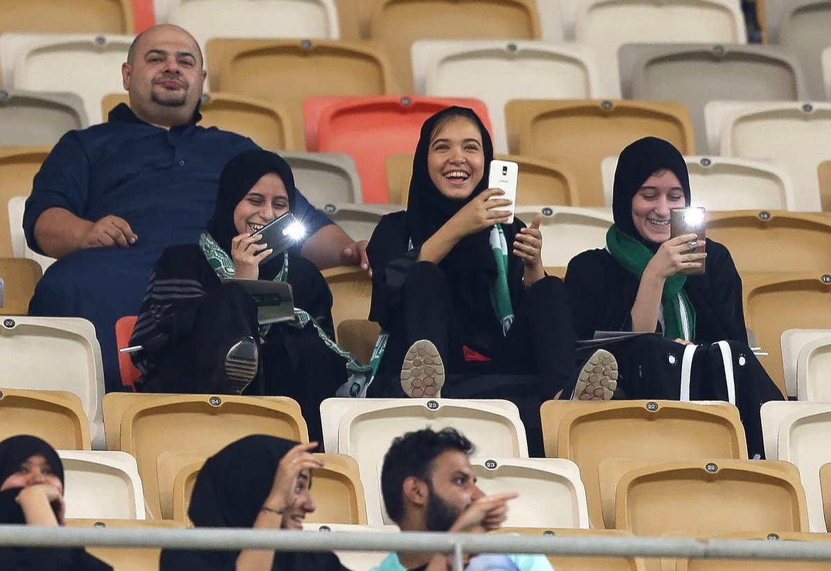 Women were allowed to attend a football match in Saudi Arabia for the first time ever when Al-Ahli played Al-Batin yesterday 🇸🇦