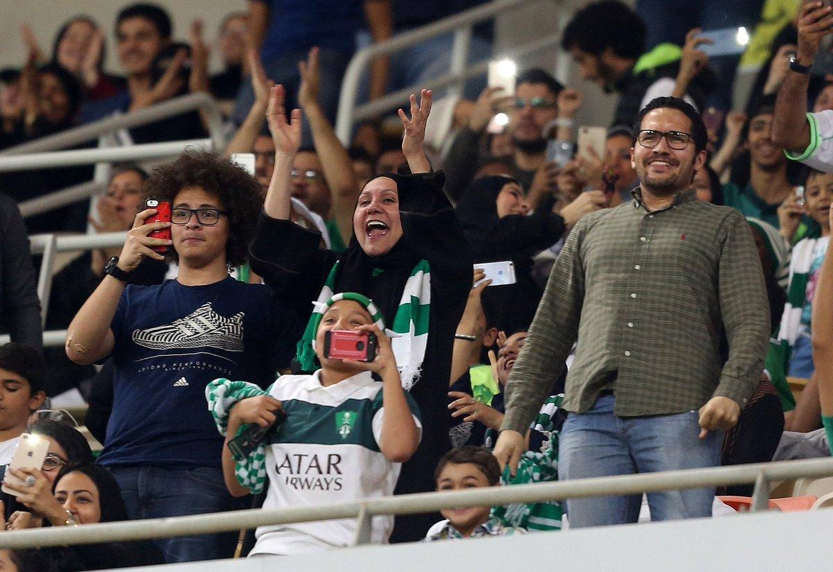 Впервые в истории Саудовской Аравии женщин пустили на стадион - ФОТО