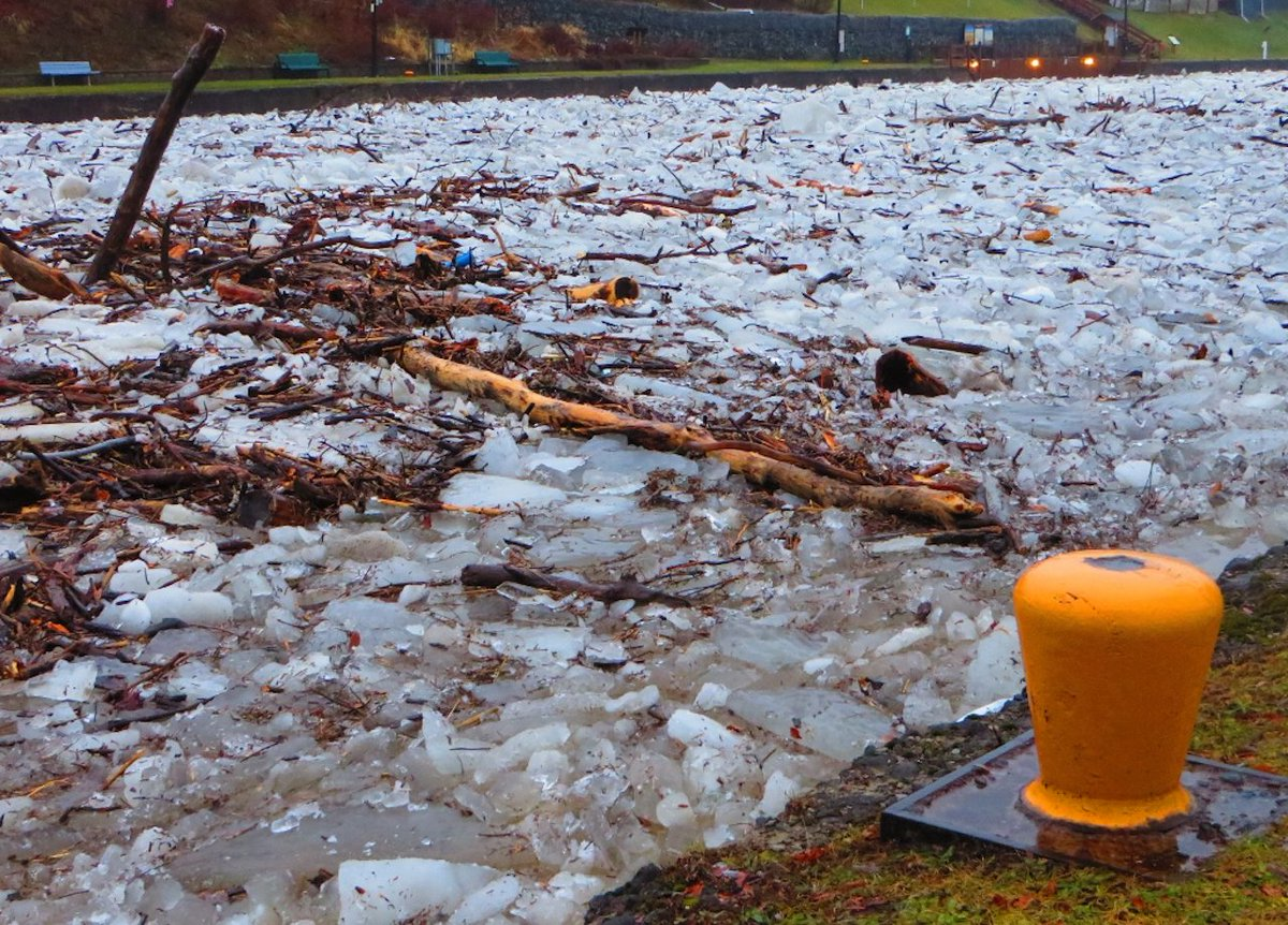 Icy end to the week in Lyons (photo)
