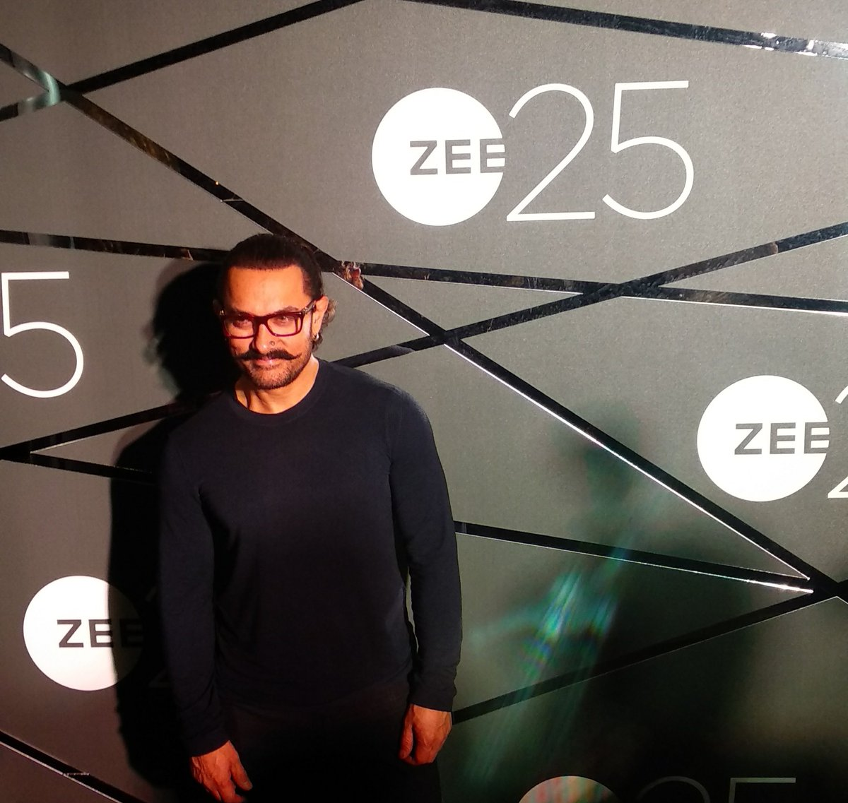 RT @bollywood_life: The perfectionist @aamir_khan arrives at the #Zee25 party https://t.co/3gy6c1n5lZ