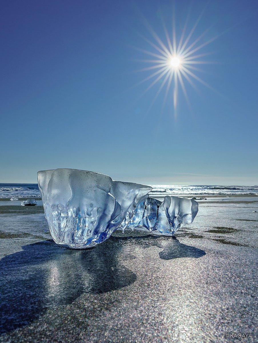 空の青映す冬の贈り物。 浜辺に打ち上げられた氷は自然の彫刻のようです。 (先日北海道にて撮影) 今日もお疲れさまでした。明日もおだやかな1日になりますように。