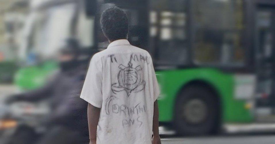 Emocionou a internet | Conheça o corintiano que desenhou camisa feita com carvão https://t.co/hQWQoLKe4G