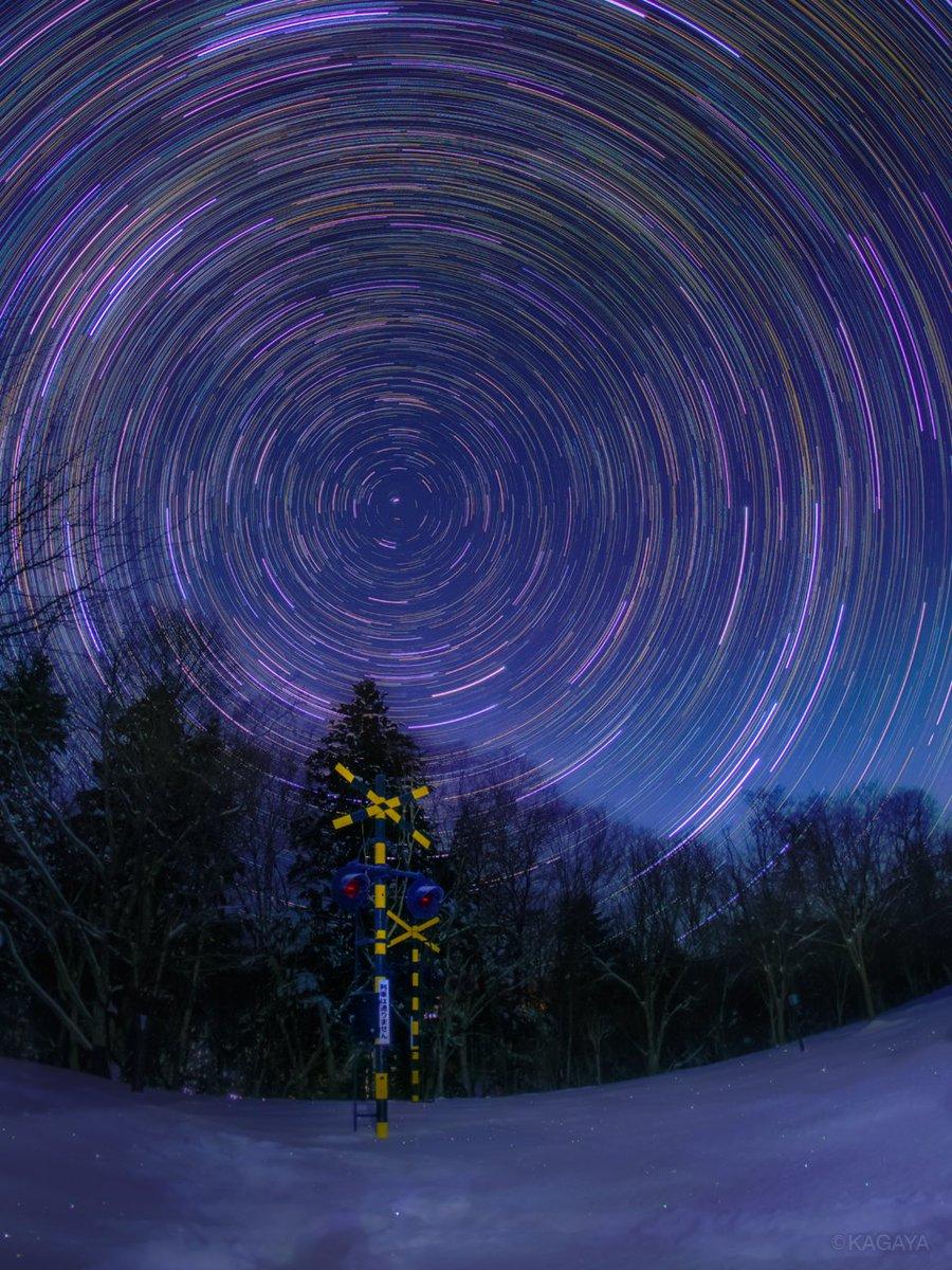 天空の旅。 90分間に撮影した340枚の写真を使い、星の動きを合成したものです。 円を描く軌跡の中心の星が北極星。 月の薄明で空は青く、あたりはほんのり照らされています。(先日北海道にて撮影) 今日もお疲れさまでした。 明日からもおだやかな一週間になりますように。