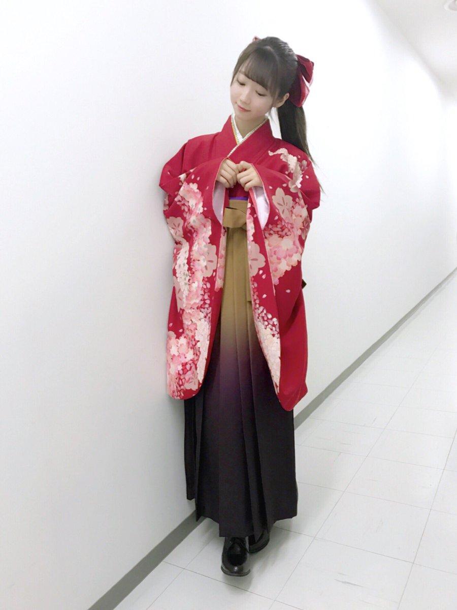 昨日の個握1部と2部には 袴を着ました♪  髪飾りの大きなリボンが ポイントです…❤️ 袴は初めてだ…