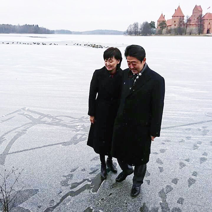 すっかり凍った湖上で。 湖畔で昼食後ブルガリアに向け出発。
