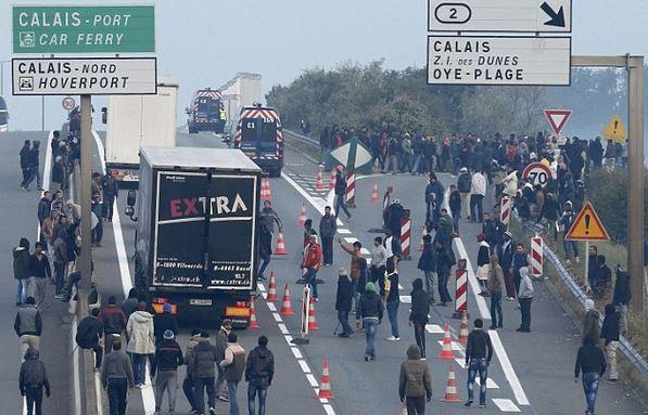 🇫🇷 Calais : Des migrants installent un barrage sur la rocade avec des blocs de béton. https://t.co/8ZMvKXtpXT