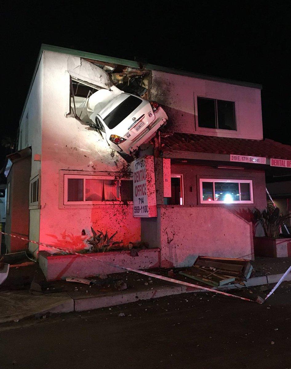 Carro fica 'cravado' em parede de andar superior de prédio após acidente nos EUA https://t.co/TnM9KViP6z #G1