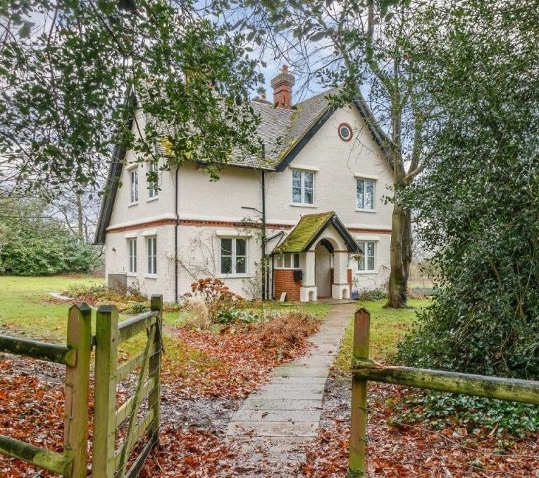 Looking for a lovely rural family home to rent near Guildford and Godalming and with easy access to the A3? We might have just the thing! And with beautiful views over the Estate https://t.co/w3NbyXqTBU  For full info contact Rachel at @struttandparker 01483 400771