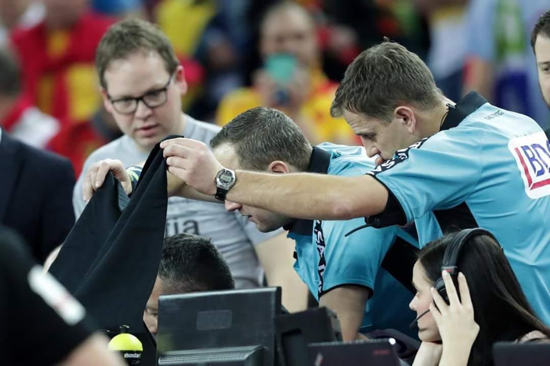 RT @handballlefilm: Les arbitres lituaniens de #SLOGER en plein visionnage du tacle de #Capron #EHFEURO2018 https://t.co/MHPoqMUqyU