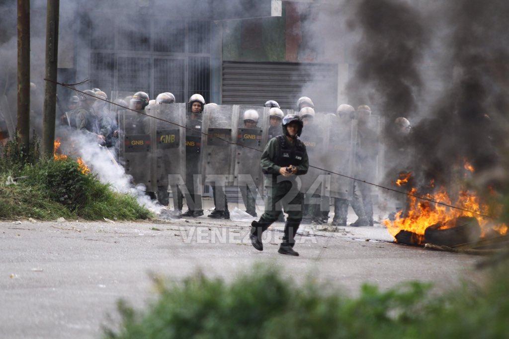 Jóvenes de la #resistencia trancaron hace minutos en El Junquito. GNB respondió con lacrimógenas https://t.co/hEWQyzyOks