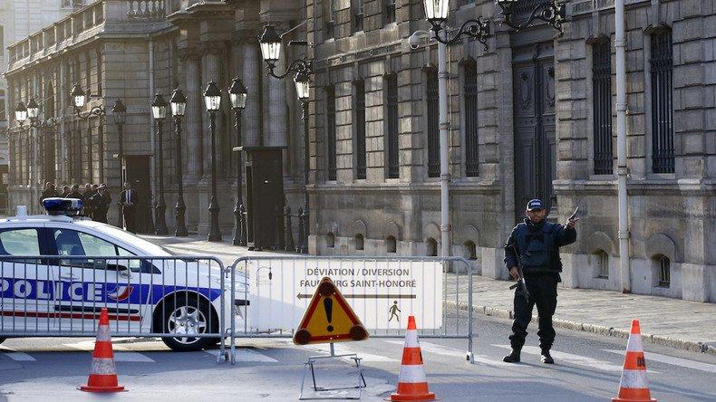 «Vous n'êtes pas #journaliste» : un reporter de #RT refoulé de l'#Elysée malgré sa carte de presse ➡️https://t.co/E4oDmTLTZc