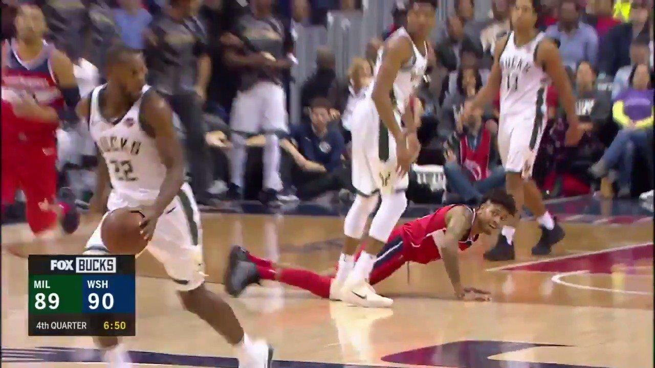 'Giannis hikes it to Khris Middleton!'   #FearTheDeer  Live on NBA League Pass: https://t.co/2pt5MyD8rh https://t.co/xMpoKZTDLt