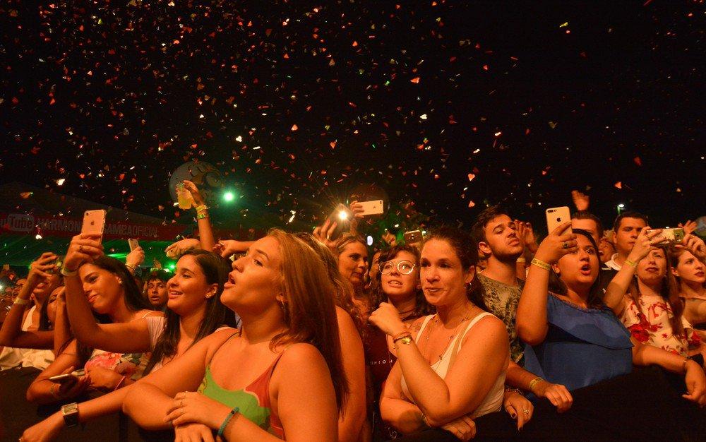 FOTOS: Confira imagens do ensaio do Harmonia do Samba com Anitta e Matheus e Kauan https://t.co/BuvCTa0lQD #G1