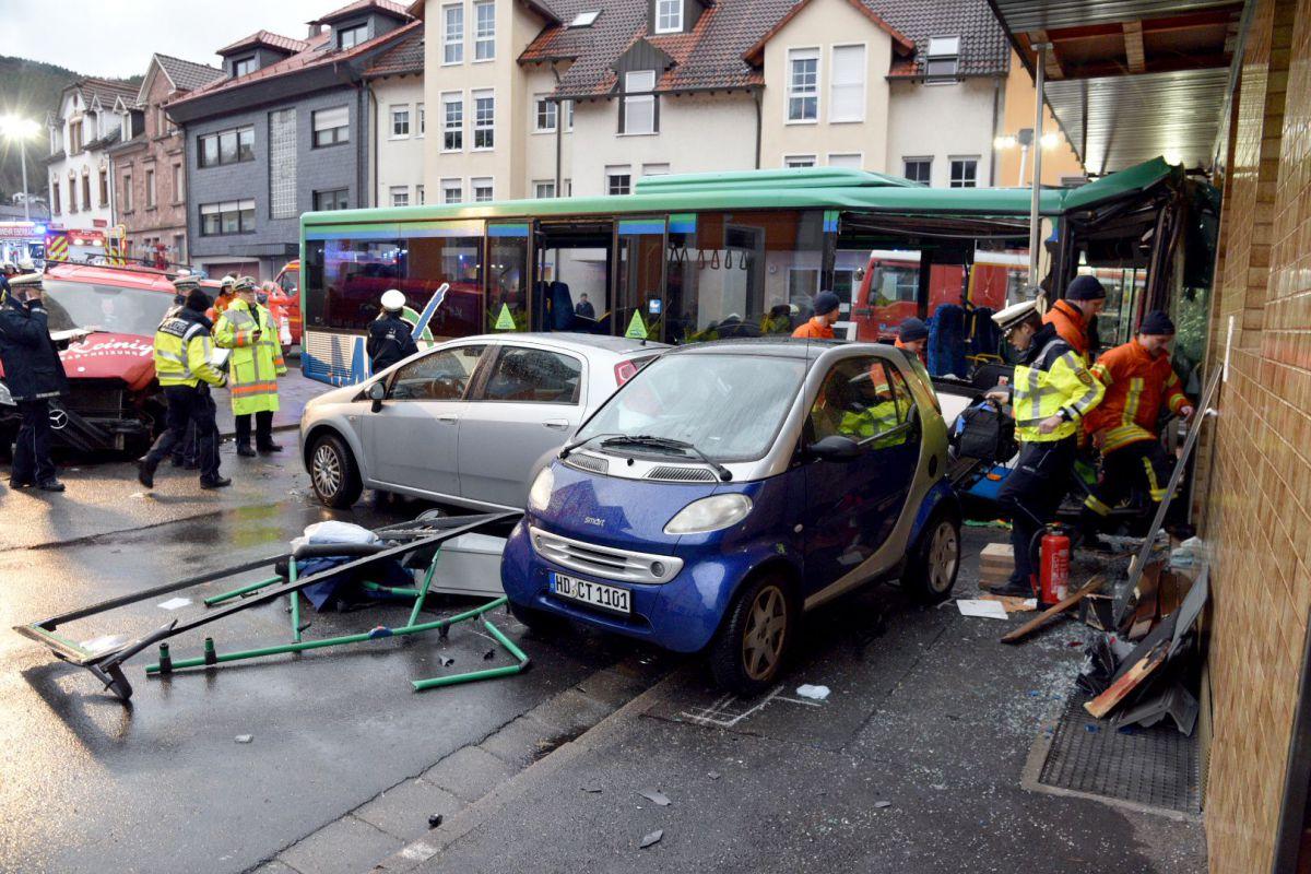 Allemagne : un bus percute des voitures et un magasin, faisant une cinquantaine de blessés https://t.co/sSAIvqOg1J