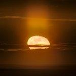 ムーンピラーを頂いて昇る居待月。(先日北海道にて撮影)月の上に伸びる光はムーンピラー(月柱)。サンピ…