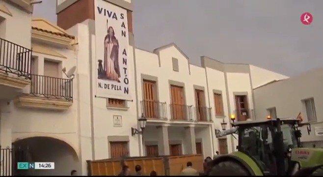 Tractores preparados, caballos listos, turistas llegando... Todo listo para vivir #SanAntón en @navalvillarpela. #EXN https://t.co/2aPhpk4nyu