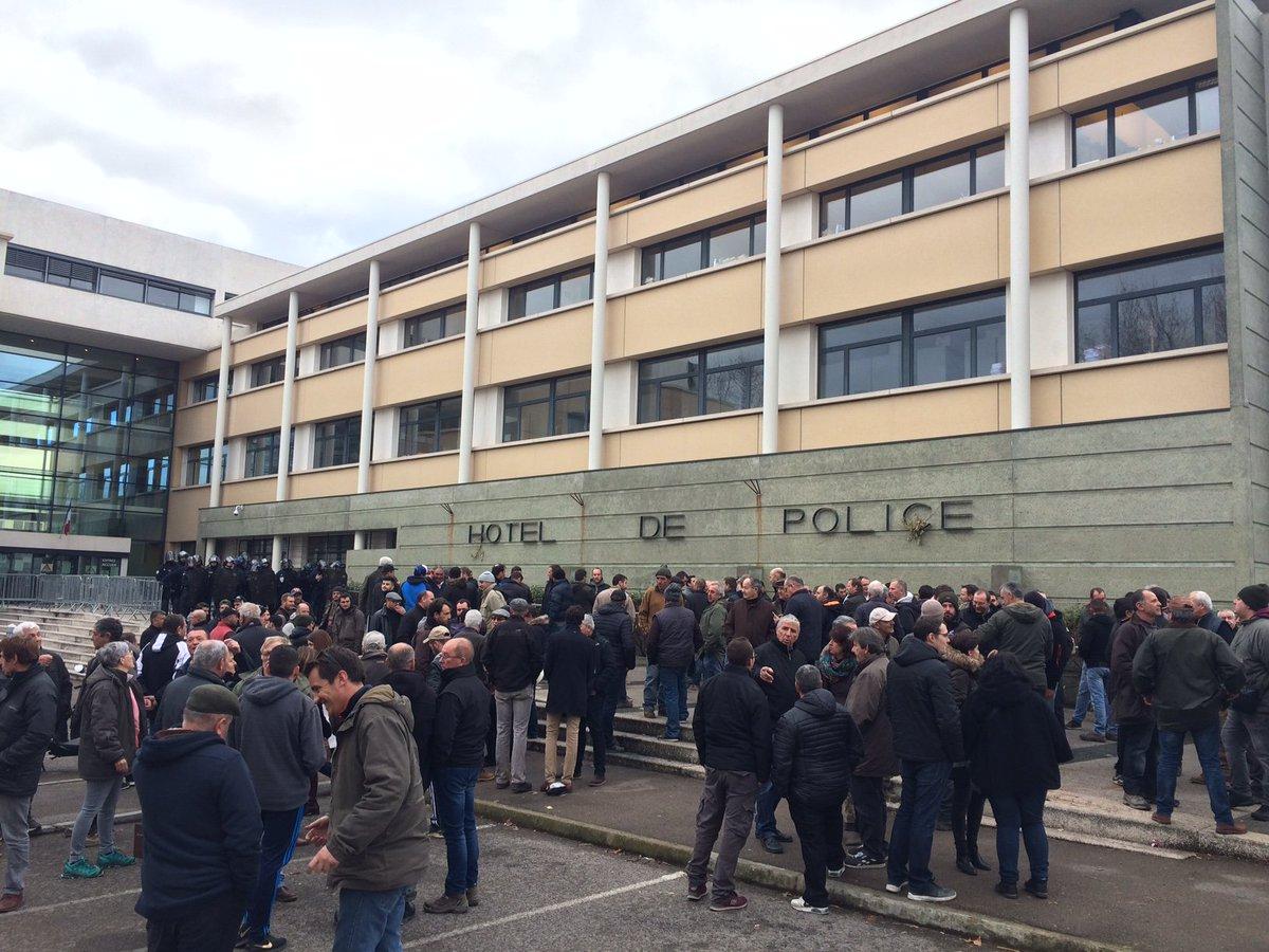 #Montpellier : des échauffourées entre #viticulteurs et #police font quatre blessés https://t.co/4QBLd53NhM