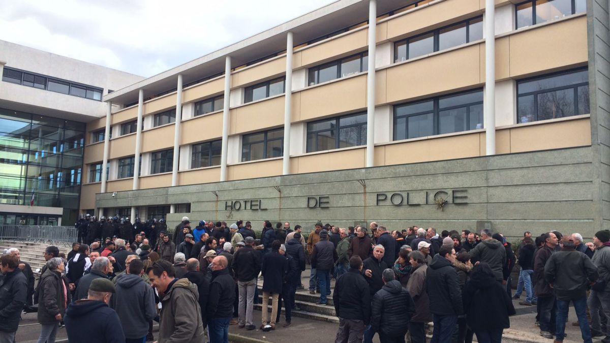 Montpellier : des échauffourées entre viticulteurs et police font quatre blessés https://t.co/X48tMeay5g
