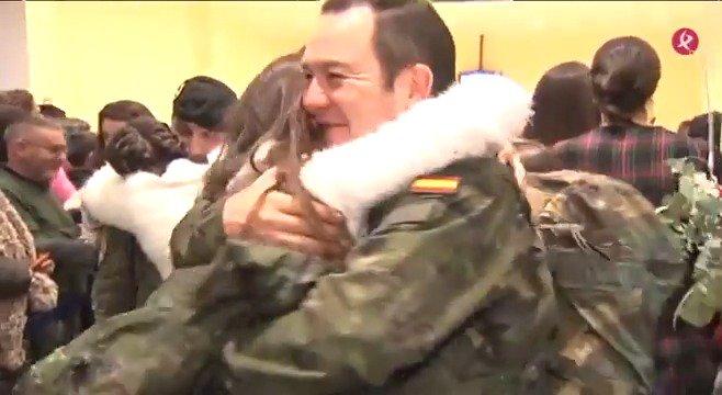 AVANCE   Ya están en casa. Muchas lágrimas de emoción y alegría... Hoy ha llegado a Badajoz el segundo vuelo con militares de la Brigada Extremadura XI. Te contamos su vuelta a las 20:30 ⏰ en #EXN2 https://t.co/BkqS0BWfJK