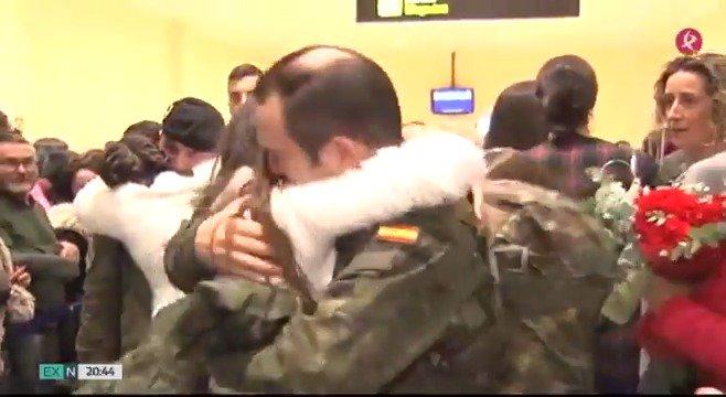 🛬Tras siete meses en Letonia, hoy han vuelto a casa. 111 militares de la Brigada Extremadura XI se han reencontrado con sus seres queridos... entre lágrimas y abrazos. #EXN https://t.co/j43kDqyfB4