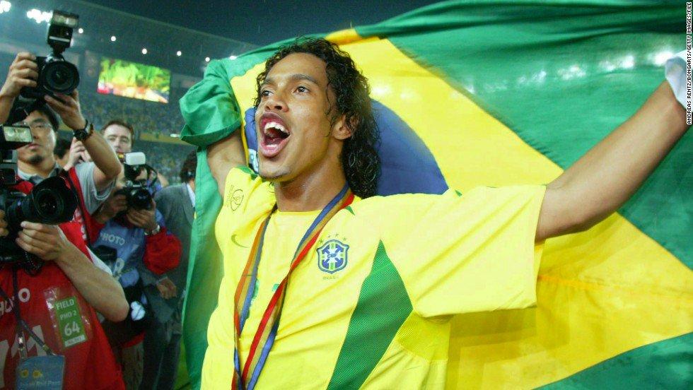 Ronaldinho na carreira:   🏆 Copa do Mundo 🏆 Copa América 🏆 Copa das Confederações 🏆 Libertadores 🏆 Liga dos Campeões 🏆🏆 Campeonatos Espanhóis 🏆 Campeonato Italiano 🏆 Recopa Sul-Americana 🏆🏆 Melhor jogador do mundo ...