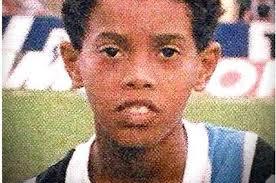 """Ronaldinho: """"O meu sonho é o de seguir a trajetória de grandes jogadores do passado como Pelé, Maradona e Beckenbauer, de vencer o maior número possível de títulos e de ser recordado como um dos jogadores que fez grandes coisas no futebol.""""  Você conseguiu, R10... você conseguiu."""