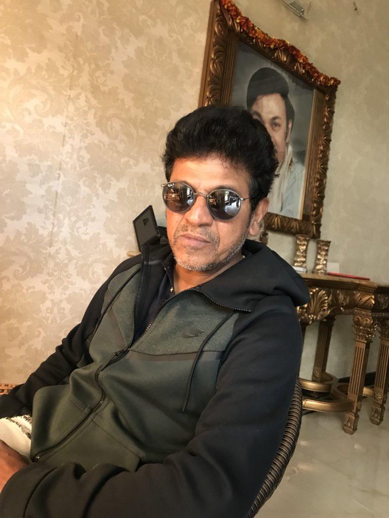 ಮಹಾರಾಜಾ with ಯುವರಾಜ #shivanna with his new shades #rayban #Glasses before make up Gud Morning Friends <br>http://pic.twitter.com/Ya3gEHkgb2