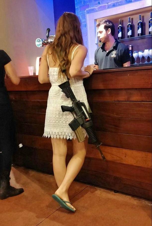 「非番でも常時武装して行動してね令」が出てからのイスラエル、私服女性兵士がM4をオープンキャリーしてる写真を結構見かけるんだけど……破壊力強すぎる・・・。