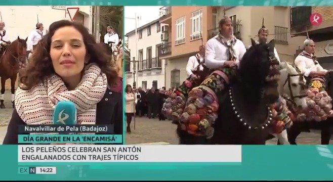 Día grande en @navalvillarpela. Hoy es #SanAntón y los peleños lo están celebrando por todo lo alto. Esta mañana ha habido misa y luego los jinetes han subido a la ermita. Hemos estado allí. #EXN https://t.co/6vDGNl2WTl