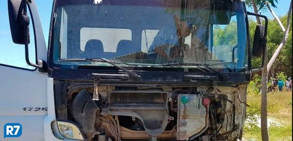 FOTOS: em colisão com caminhão, um morre e mulher grávida fica ferida https://t.co/Ve915WQbLL