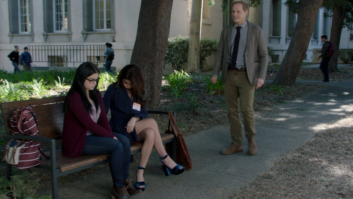 So very excited to share with you all that I have been filming a super fun role on #ModernFamily!! and my first episode airs in the US tonight! Here I am looking a bit lost, thankyou @Sarah_Hyland  @arielwinter1 for helping me find my way. You're wonderful xc