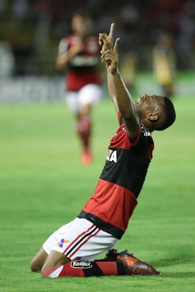 Comemoração de Lucas Silva no jogo de ho...