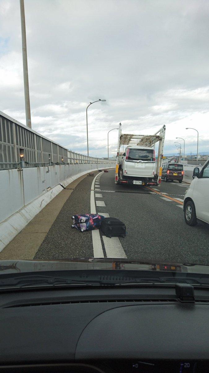 名古屋高速でうちらの車を追い越した観光バス。すごいスピードで怖いねって話してたらカーブでトランク開いてスーツケースたくさん落ちてきた!旦那の冷静な判断で回避できたけど危うく事故になるとこだったよ!